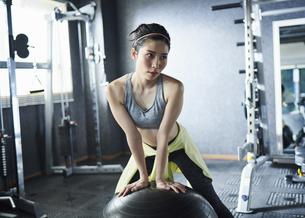 ワークアウト 若い女性 バランスボールの写真素材 [FYI04686383]