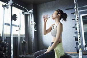 ワークアウト 若い女性 水分補給の写真素材 [FYI04686390]