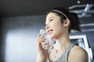 ワークアウト 若い女性 水分補給の写真素材 [FYI04686395]