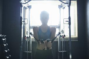 ワークアウト 若い女性 筋トレの写真素材 [FYI04686435]