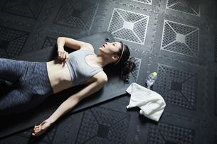 ワークアウト 若い女性 休むの写真素材 [FYI04686436]