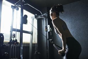 ワークアウト 若い女性 筋トレの写真素材 [FYI04686439]