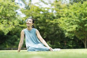 公園にいる女性の写真素材 [FYI04686473]