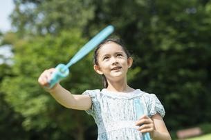 シャボン玉で遊ぶ女の子の写真素材 [FYI04686477]