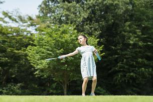 シャボン玉で遊ぶ女の子の写真素材 [FYI04686478]