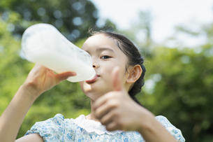 飲み物を飲む女の子の写真素材 [FYI04686480]