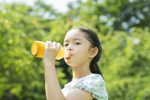 飲み物を飲む女の子の写真素材 [FYI04686481]
