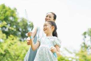 シャボン玉で遊ぶ親子の写真素材 [FYI04686490]