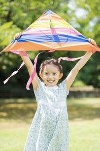 タコで遊ぶ女の子の写真素材 [FYI04686498]