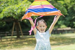 タコで遊ぶ女の子の写真素材 [FYI04686499]
