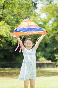 タコで遊ぶ女の子の写真素材 [FYI04686500]