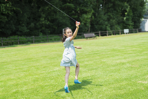 タコで遊ぶ女の子の写真素材 [FYI04686501]