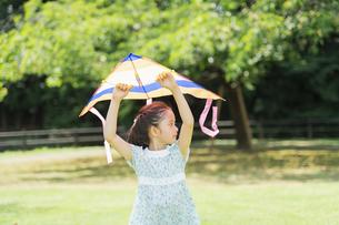 タコで遊ぶ女の子の写真素材 [FYI04686502]