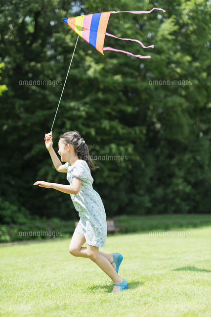 タコで遊ぶ女の子の写真素材 [FYI04686503]