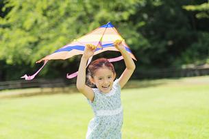 タコで遊ぶ女の子の写真素材 [FYI04686505]