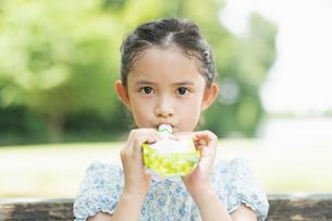 ゼリーを食べる女の子の写真素材 [FYI04686510]