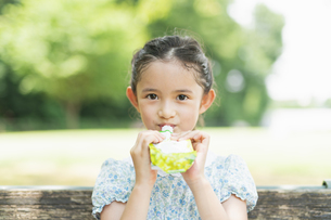 ゼリーを食べる女の子の写真素材 [FYI04686512]