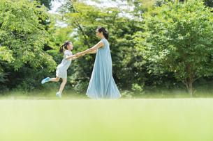 親子 夏の写真素材 [FYI04686521]