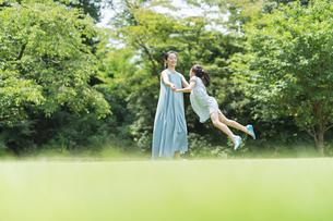 親子 夏の写真素材 [FYI04686524]