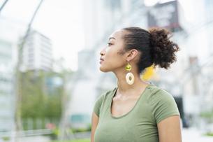 都会 日本人と黒人ミックスの女性の写真素材 [FYI04686808]