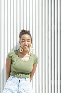 都会 日本人と黒人ミックスの女性の写真素材 [FYI04686826]