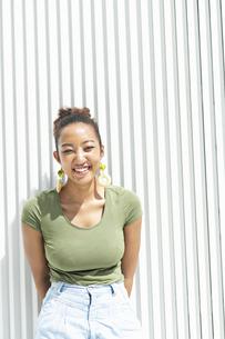 都会 日本人と黒人ミックスの女性の写真素材 [FYI04686828]