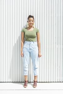 都会 日本人と黒人ミックスの女性の写真素材 [FYI04686832]