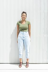都会 日本人と黒人ミックスの女性の写真素材 [FYI04686833]