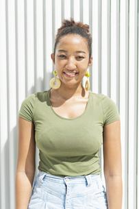 都会 日本人と黒人ミックスの女性の写真素材 [FYI04686840]