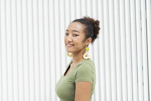 都会 日本人と黒人ミックスの女性の写真素材 [FYI04686841]