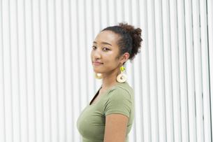 都会 日本人と黒人ミックスの女性の写真素材 [FYI04686842]