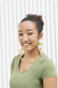 都会 日本人と黒人ミックスの女性の写真素材 [FYI04686844]