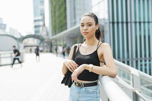 都会 日本人と黒人ミックスの女性の写真素材 [FYI04686846]
