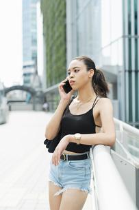 都会 日本人と黒人ミックスの女性の写真素材 [FYI04686849]