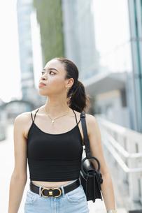 都会 日本人と黒人ミックスの女性の写真素材 [FYI04686852]