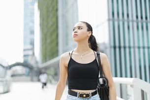 都会 日本人と黒人ミックスの女性の写真素材 [FYI04686853]