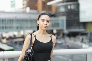 都会 日本人と黒人ミックスの女性の写真素材 [FYI04686856]