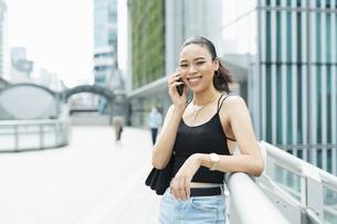 都会 日本人と黒人ミックスの女性の写真素材 [FYI04686857]
