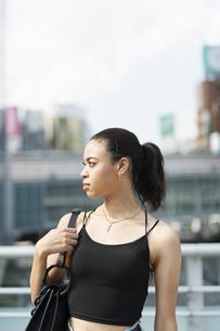 都会 日本人と黒人ミックスの女性の写真素材 [FYI04686862]