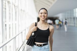 都会 日本人と黒人ミックスの女性の写真素材 [FYI04686866]