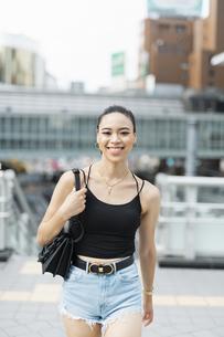 都会 日本人と黒人ミックスの女性の写真素材 [FYI04686867]