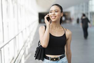 都会 日本人と黒人ミックスの女性の写真素材 [FYI04686872]