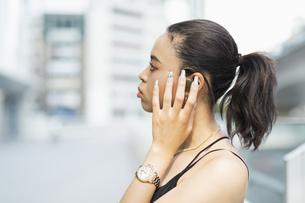 音楽を聴く日本人と黒人ミックスの女性の写真素材 [FYI04686874]