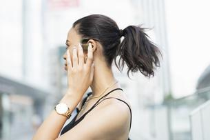 音楽を聴く日本人と黒人ミックスの女性の写真素材 [FYI04686876]
