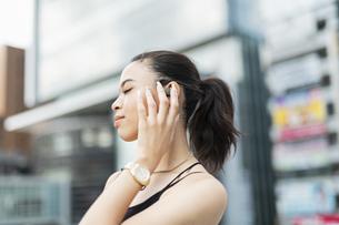 音楽を聴く日本人と黒人ミックスの女性の写真素材 [FYI04686877]