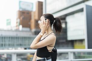 音楽を聴く日本人と黒人ミックスの女性の写真素材 [FYI04686878]