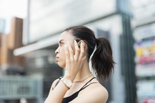 音楽を聴く日本人と黒人ミックスの女性の写真素材 [FYI04686879]