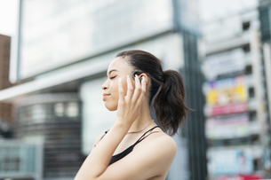 音楽を聴く日本人と黒人ミックスの女性の写真素材 [FYI04686880]
