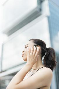 音楽を聴く日本人と黒人ミックスの女性の写真素材 [FYI04686881]