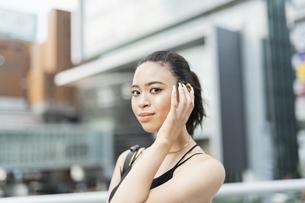音楽を聴く日本人と黒人ミックスの女性の写真素材 [FYI04686883]